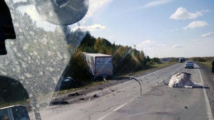 На трассе под Новосибирском столкнулись фура и легковой автомобиль: четыре человека погибли