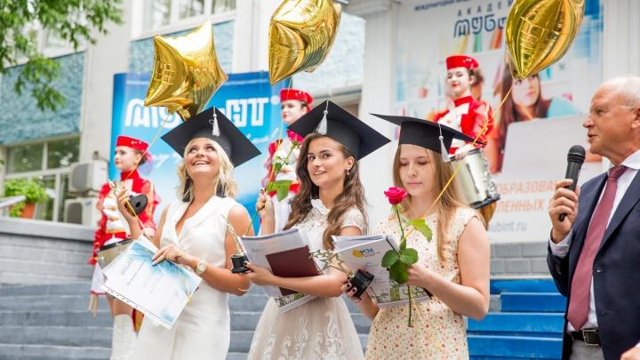 В Ярославле выпускники запустили в небо свои желания