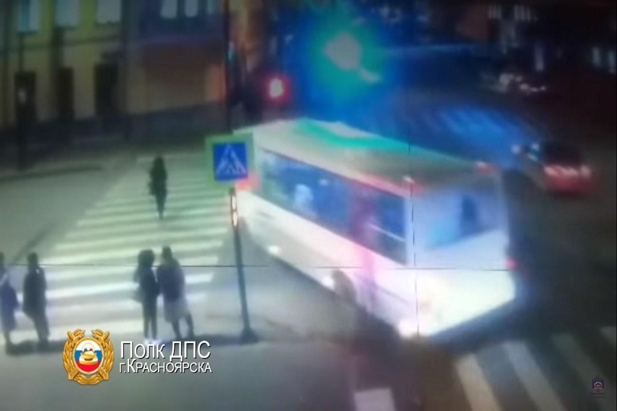 Момент наезда автобуса на девушку в центре города
