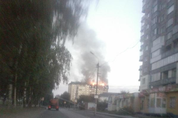 Огонь охватил многоэтажку рано утром