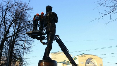Противники объединения Волковского театра и Александринки два раза отдраили памятник Фёдору Волкову