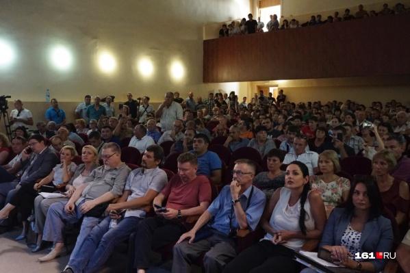 В зале присутствовали более 400 человек, а зарегистрировались 299