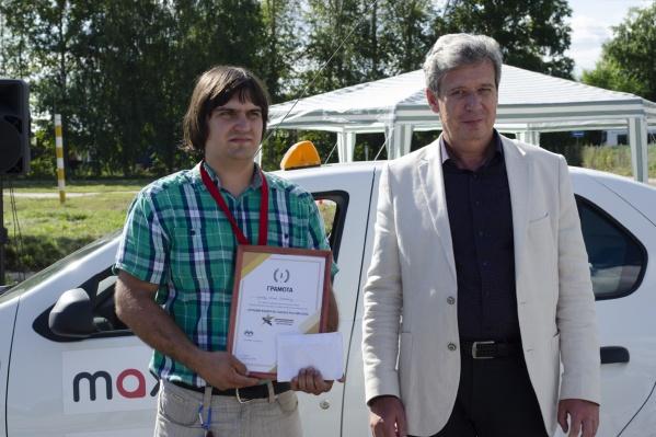 Лучшим таксистом Новосибирской области стал 27-летний Сергей Пупков (на фото слева)