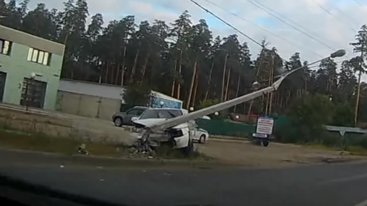 «Что плохого ему сделал столб?»: в Тольятти водитель протаранил фонарь