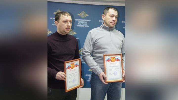 За смелость при задержании грабителя двое мужчин получили билеты в театр от полиции