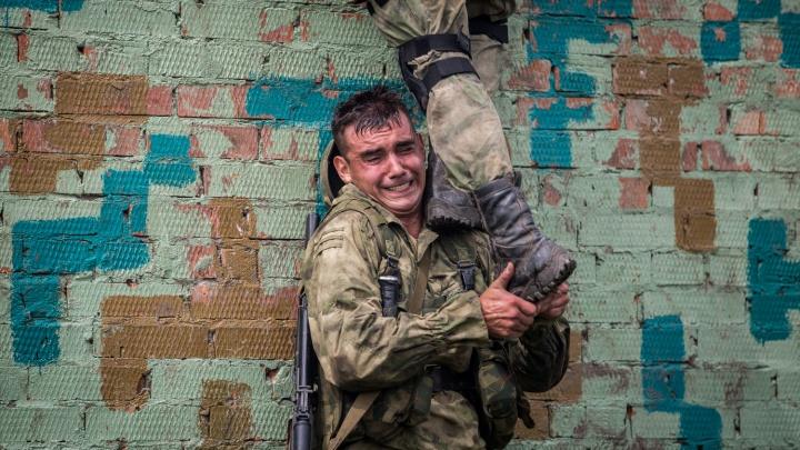 Сотне разведчиков устроили жёсткие испытания на полигоне в Кольцово