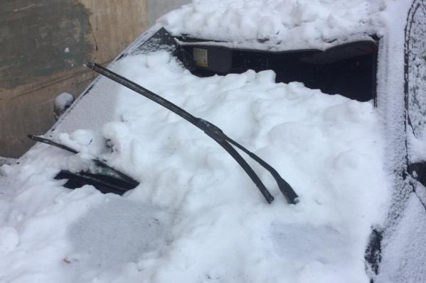 Снежная глыба проломила крышу и выбила лобовое стекло