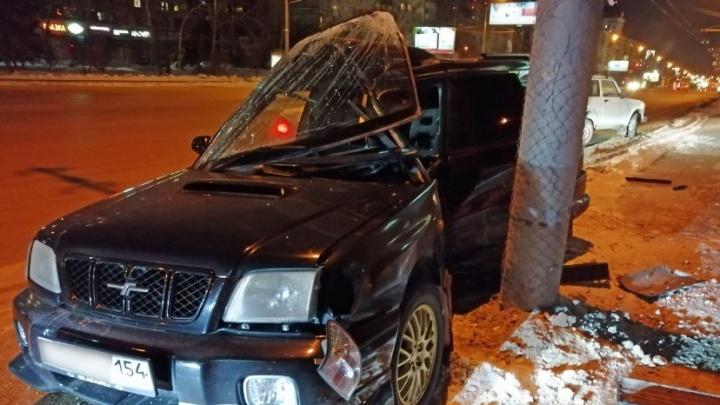 Оставил на дороге: иномарка влетела в столб напротив цирка, водитель убежал с места аварии