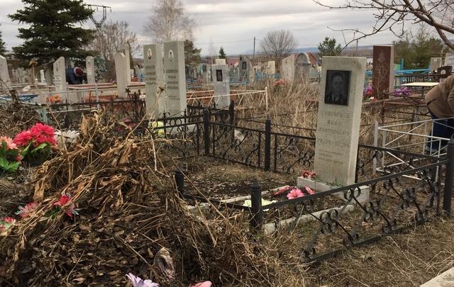 В Башкирии могилу участника Великой Отечественной войны и Аллею Славы завалили мусором