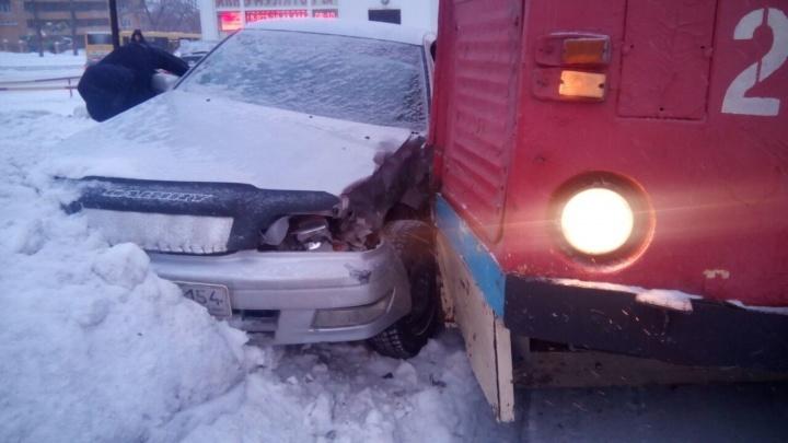 «Тойота Камри» выехала на пути и попала под трамвай в Ленинском районе