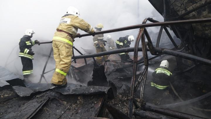 В Башкирии загорелся большой производственный склад