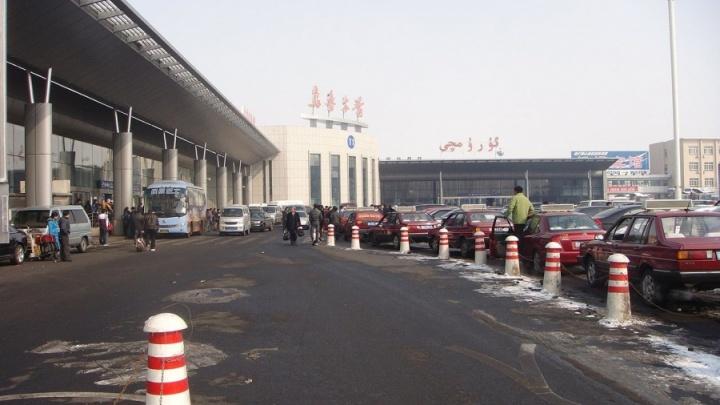 Китайские пленники: 13 туристов застряли в Урумчи