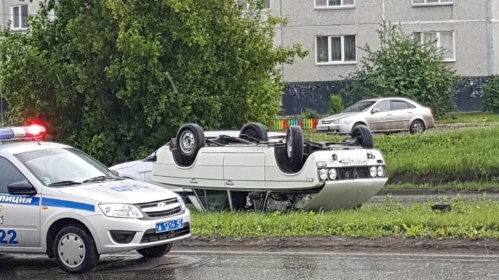 """«""""Шестёрка"""" стала """"девяткой""""»: на проспекте Голикова в Кургане перевернулся автомобиль"""