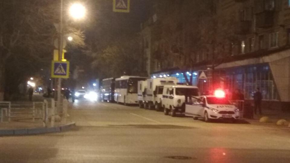 Автомобили полиции были замечены в центре города и на его окраине