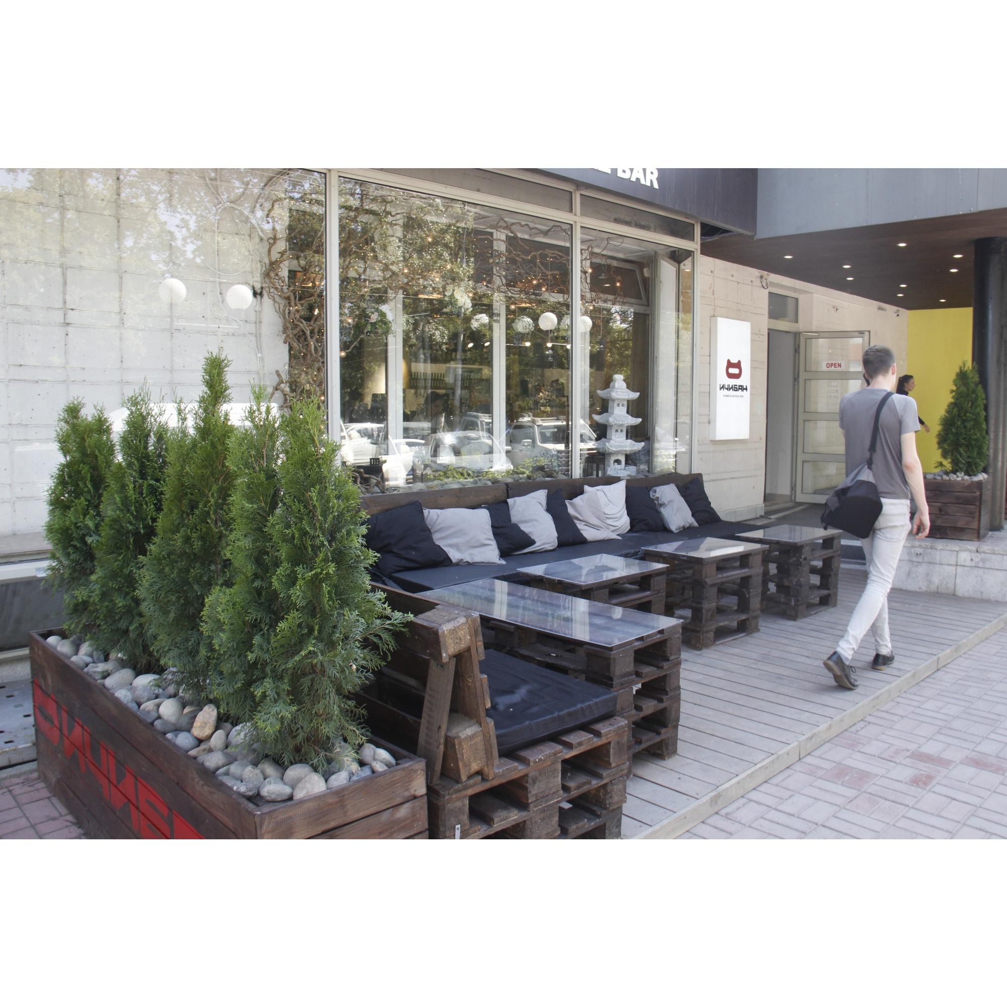Летнюю веранда кафе «Ичибан» соорудили из подручных материалов