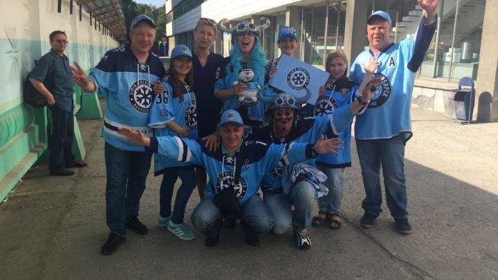 Сотни болельщиков пришли сыграть в сумобол и баскетбол с хоккеистами «Сибири»