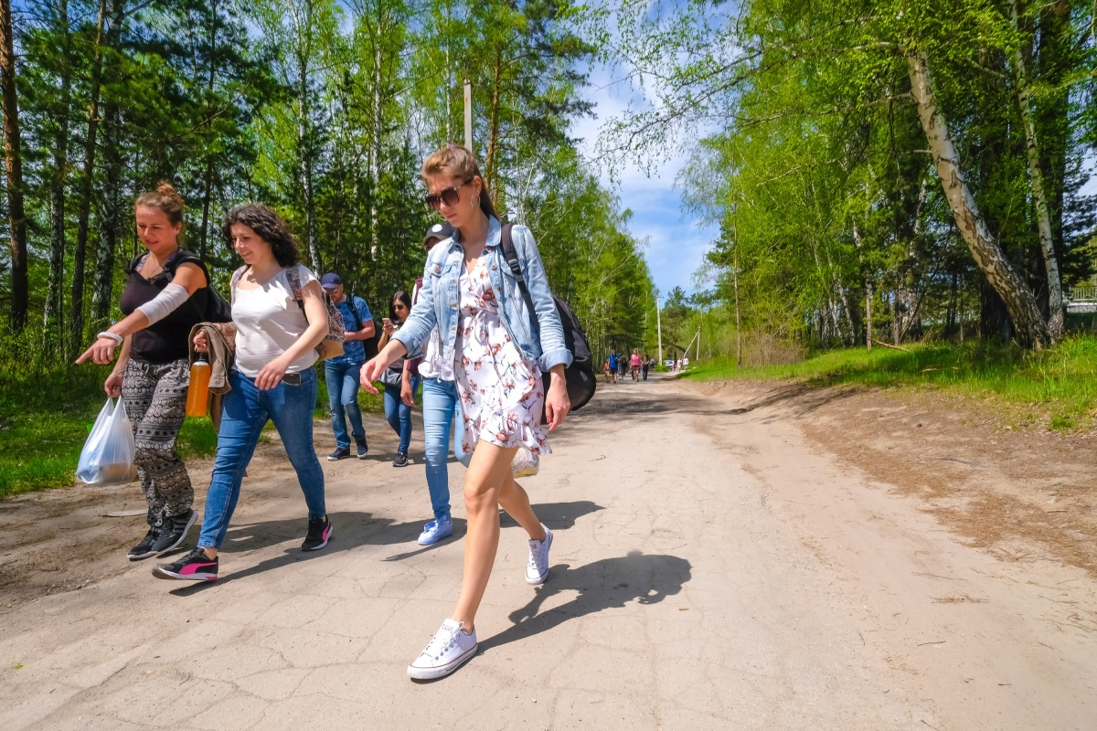 До пляжа в Академгородке многие предпочитают ехать на электричке