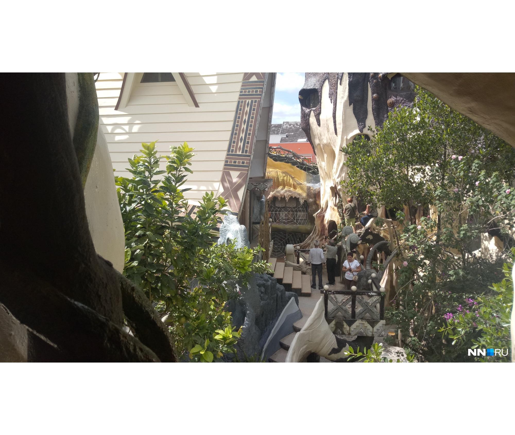 Вид из одной части дома на другую его часть<br>