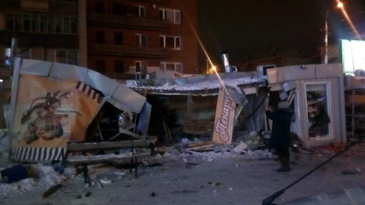 «Лэнд Ровер» снёс остановку рядом с универмагом «Калининский»: очевидцы сообщают о двух пострадавших