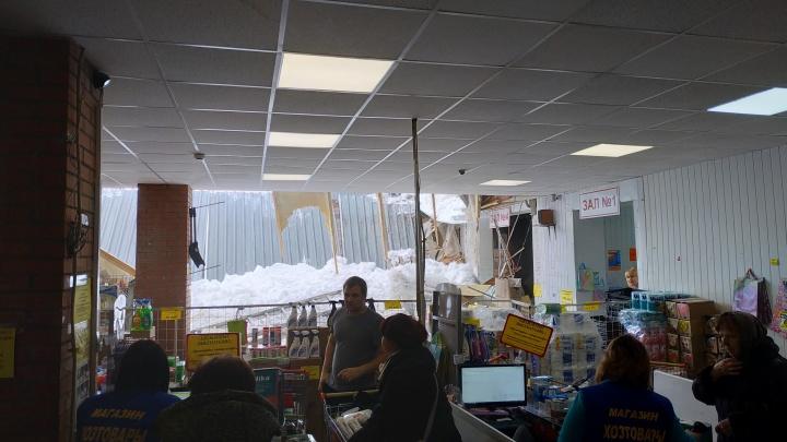 «Кровля вместе со снегом упала прямо в торговый зал»: в Самаре обрушилась крыша магазина