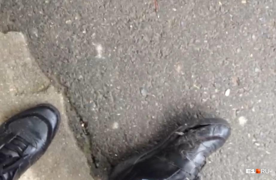 Вот так выглядели кроссовки Дмитрия после того, как он отбился ногами от собаки