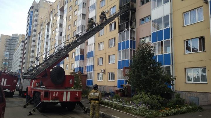 В Омске из жилого дома эвакуировали 17 человек из-за пожара
