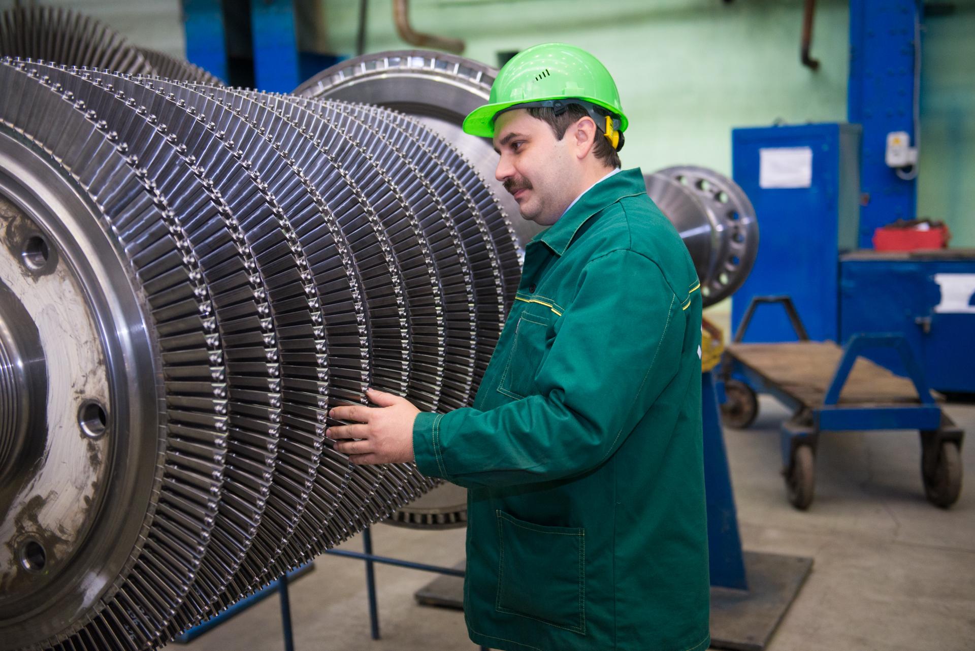 Иван Сивинских работает на заводе уже 7,5 лет, за это время прошел карьерный путь от практиканта до начальника