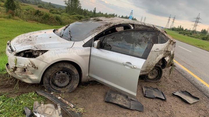 «Подрезал и уехал»: на въезде в Ярославль иномарка перевернулась и улетела с дороги