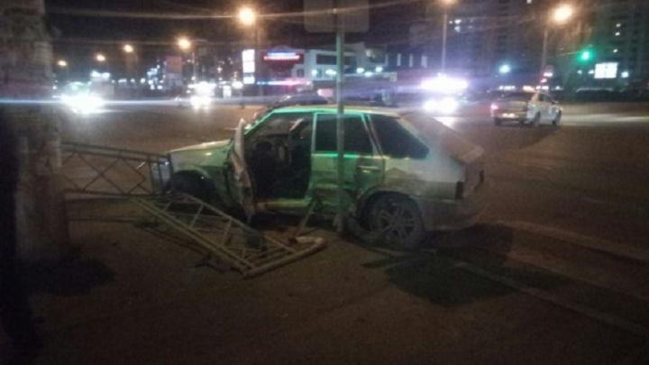 В Уфе легковушка протаранила ограждение и вылетела на тротуар