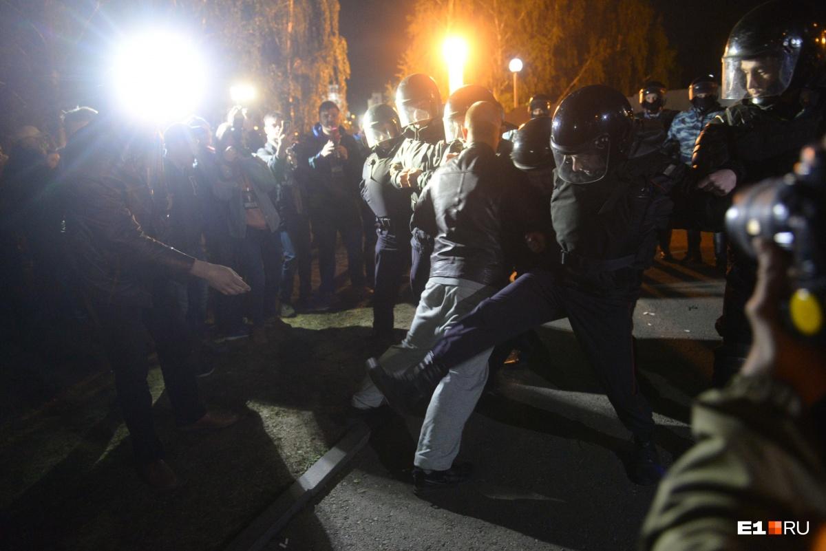 Полицейские крутили протестующих и вели их в автозаки