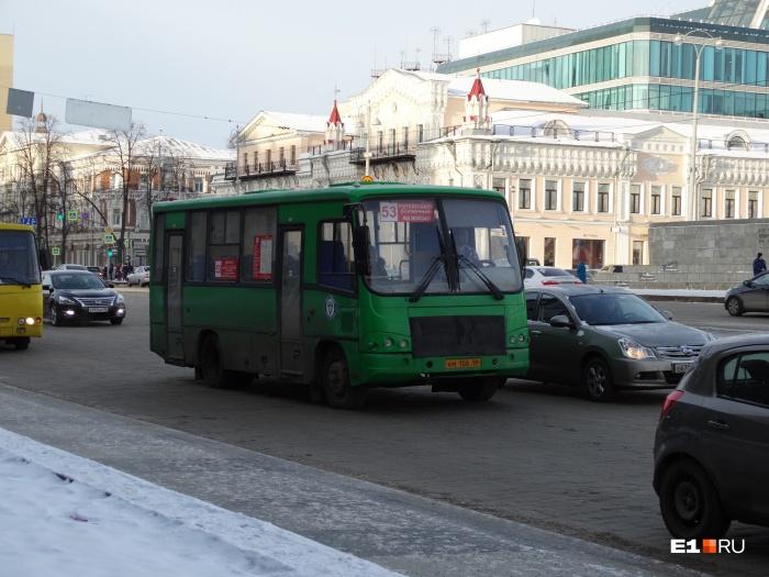 53-й маршрут пока ездит, но интервалы между автобусами слишком длинные