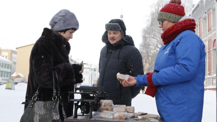 Жителям Архангельска раздали «блокадный» хлеб в память о мужестве ленинградцев в годы войны