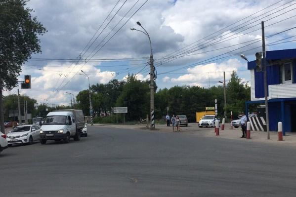 Светофор пришлось переключить из-за работ на Фрунзенском мосту