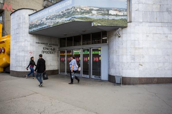 В новосибирском метро начали эвакуировать людей из вагонов