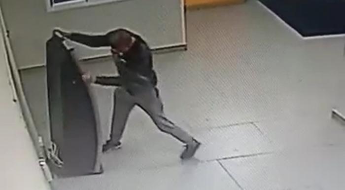 Мужчина несколько минут выламывал терминал и «засветил»свое лицо на камеру