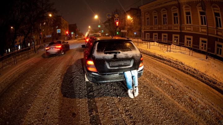 Из багажника торчали «ноги». Необычная машина напугала тюменцев на Хэллоуин