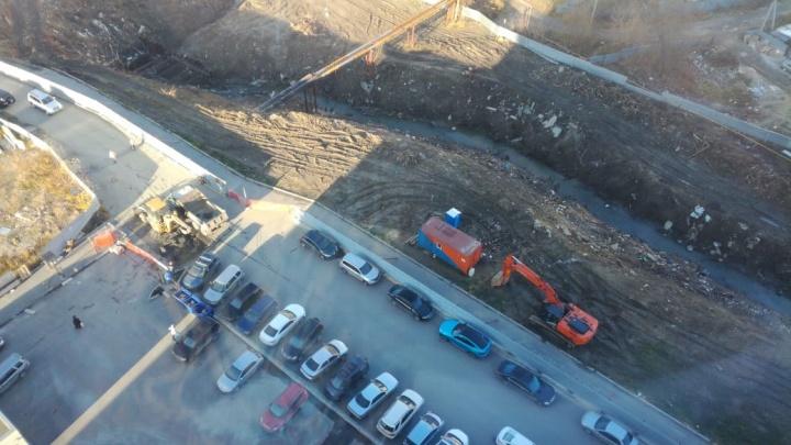 Коммунальщики перегородили проезд во двор высотки: другой дороги к дому нет