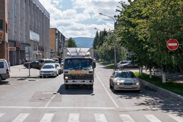 Сейчас въезд на Сурикова в сторону Дубровинского запрещён