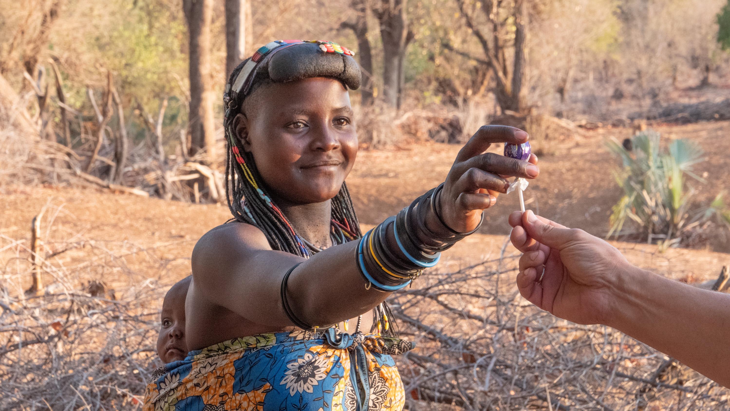 Жители африканских племён радовались угощениям, которые им дали путешественники