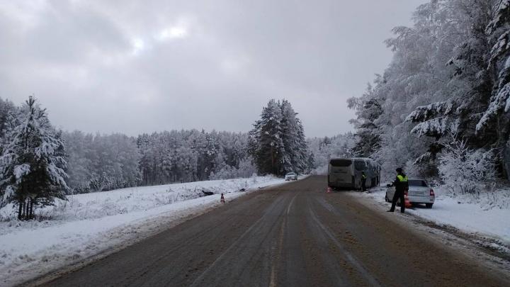 На обледеневшей трассе по пути из Енисейска опрокинулся автобус с 17 пассажирами