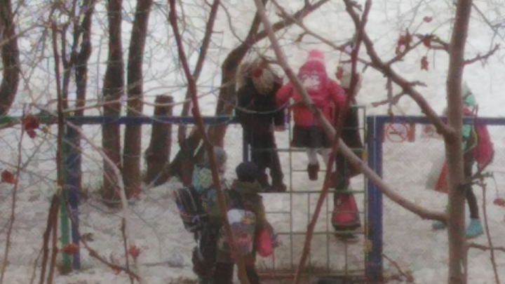 Физкультура каждый день: ученики челябинской школы попадают на уроки, перелезая через забор