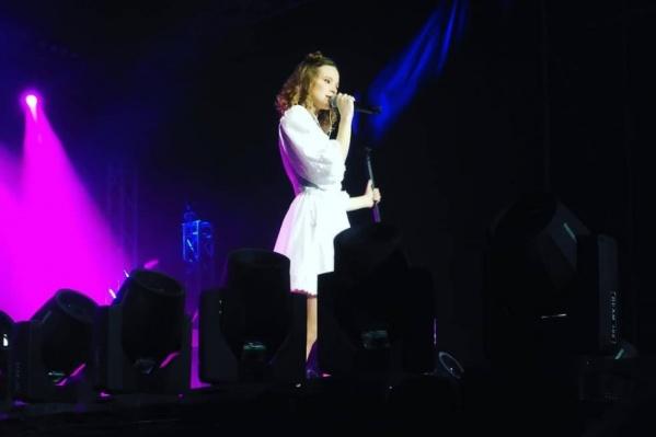 Певица в том числе исполнила свои хиты «Каждый раз» и «90-е»
