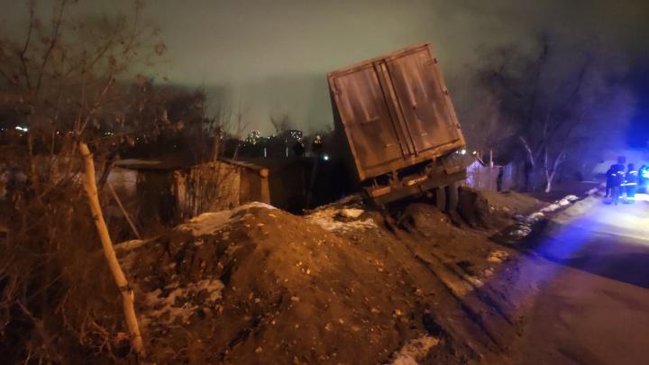 «Двух парней зажало»: в Волгограде КАМАЗ с морковью улетел в гаражи