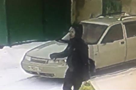 Преступника засняла уличная камера видеонаблюдения