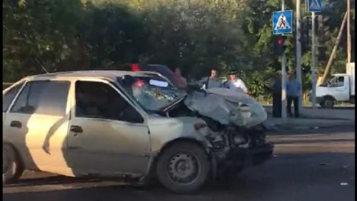 После жесткой аварии на Домостроителей молодого водителя увезли на скорой