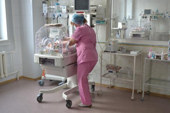 Новый аппарат для больницы оплатил фонд ОМС. А ещё несколько месяцев назад сюда привезли реанимационное оборудование
