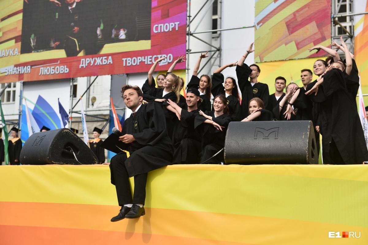 А вот и ведущий «Орла и решки», екатеринбуржец Антон Зайцев. Он выпускник ЕГТИ, но уже второй год ведет церемонию вручения дипломов УрФУ