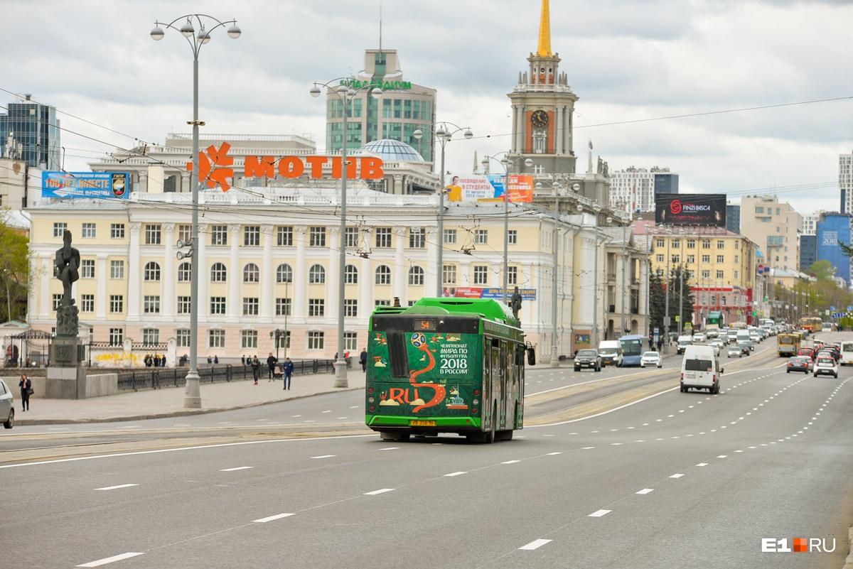 Общественный транспорт оклеили рекламой ЧМ