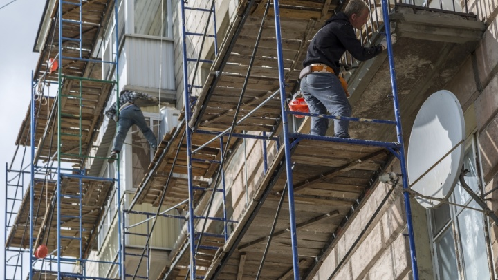 Опасный капремонт: молодой рабочий сломал позвоночник, сорвавшись с высоты на улице Писемского
