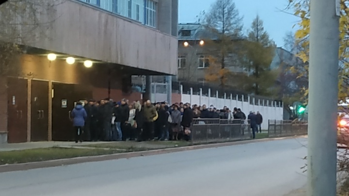 Уральский завод заставил сотрудников стоять в 40-минутных очередях на входе из-за трагедии в Керчи